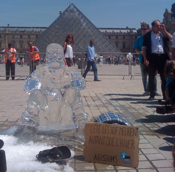 sdf-glace-ice-pyramide-louvre-fondation-abbée-pierre-bddp-fils-happening-statue-street-marketing-guerilla-ambient-600x589